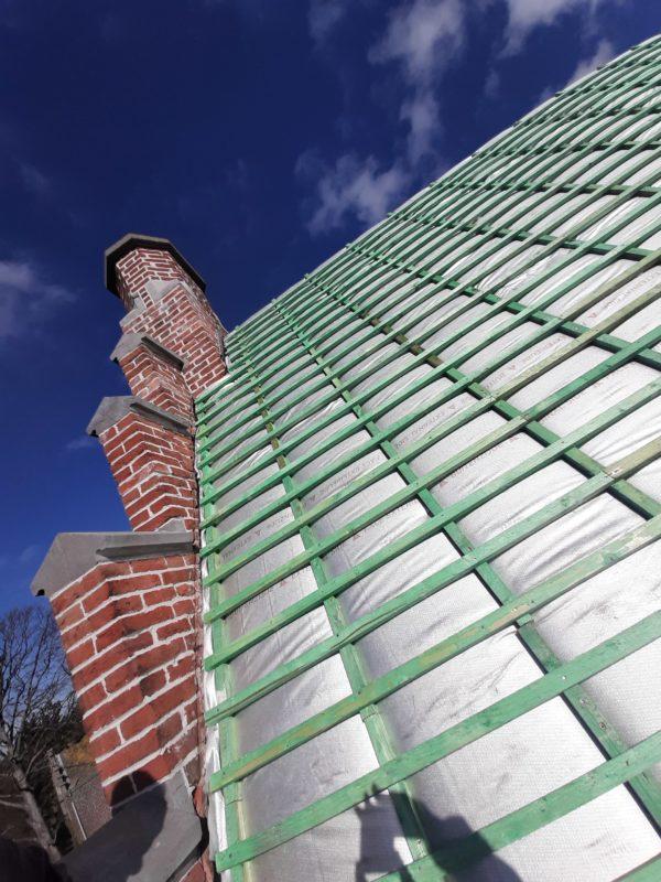Isolation mince en aluminium pour une toiture à redents