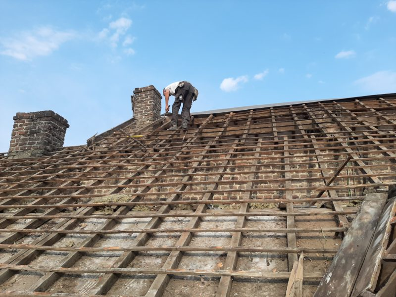 Travaux de rénovation d'un toit avec un isolant mince pour la toiture